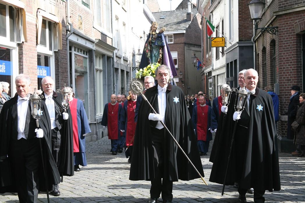 Broederschap van Onze Lieve Vrouwe te Maastricht onder leiding van Maarten Marres als deken van de broederschap tijdens processie in 2008
