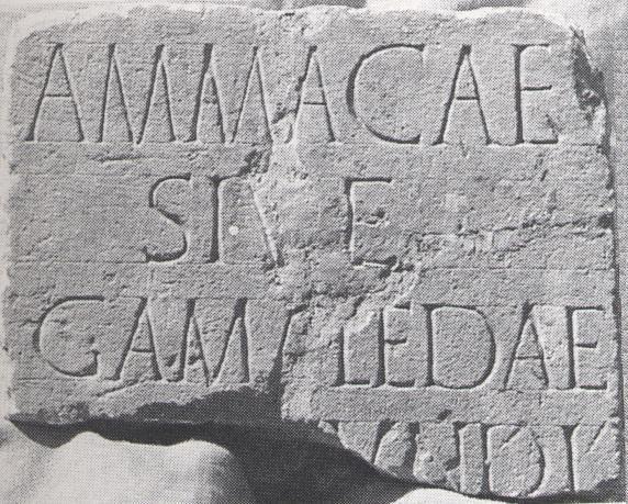 Een Keltische grafsteen die in de Romeinse tijd hergebruikt is als fundering voor een nieuw gebouw. collectie Bonnefantenmuseum te Maastricht, foto T.A.S.M. Panhuijsen.