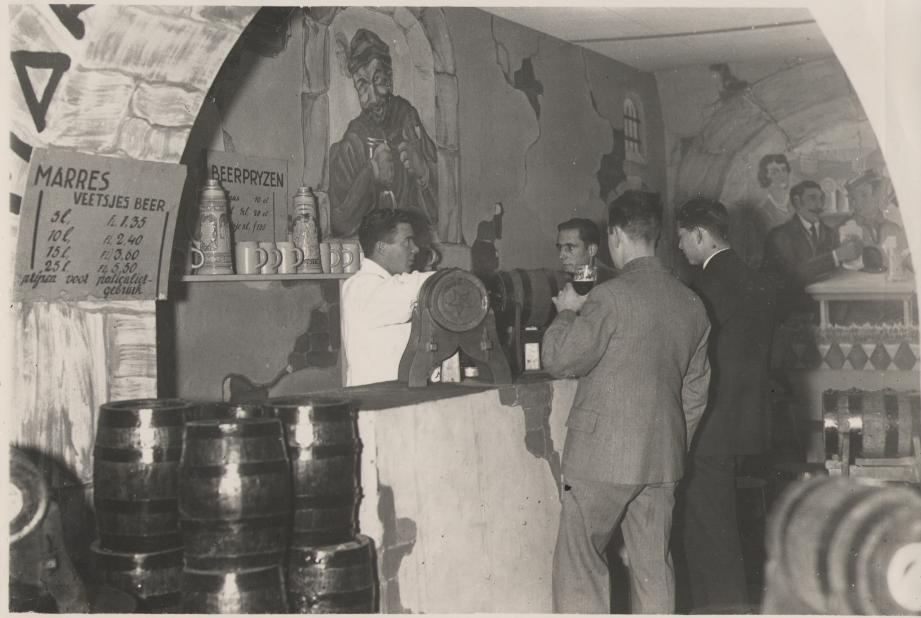 Bierbeurs in Roermond omstreeks 1935