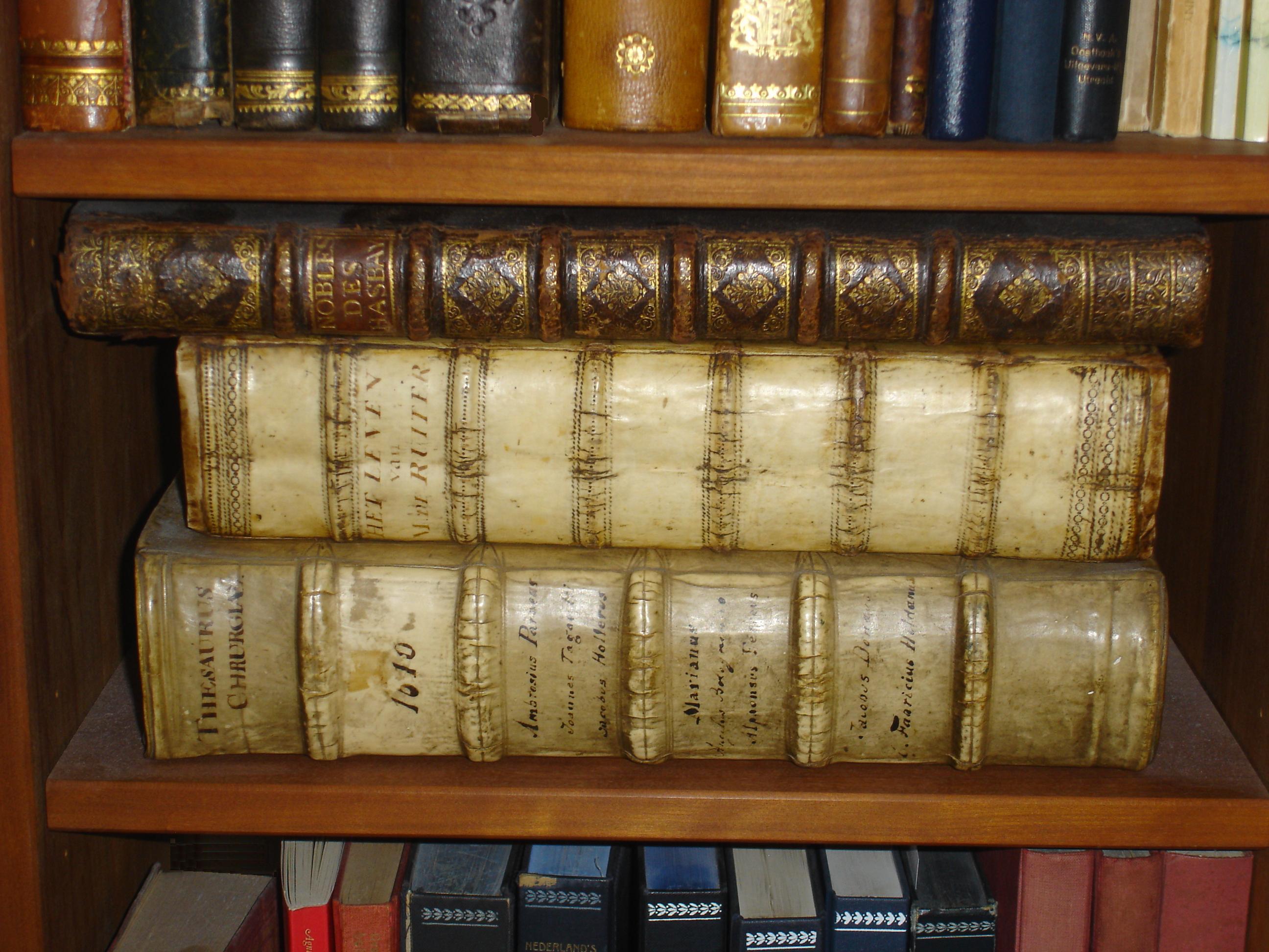 Boekenplank met oude medische en genealogische literatuur