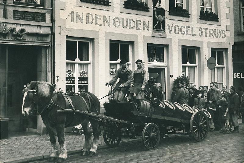 Biervaten brengen naar café De Vogel Struys