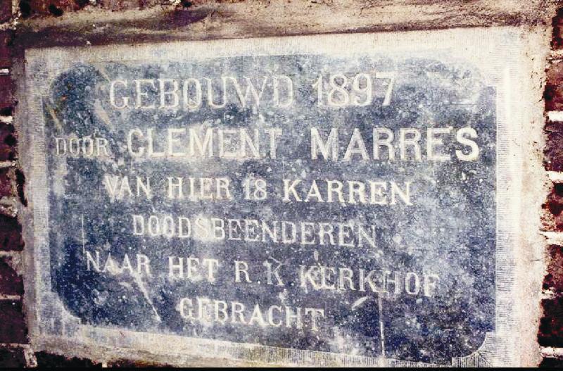 Gevelsteen voor uitzonderlijke prestatie Van hier 18 karren doodsbeenderen naar het R.K. kerkhof gebracht - de Tongersehof 2 Foto: Breur Henket
