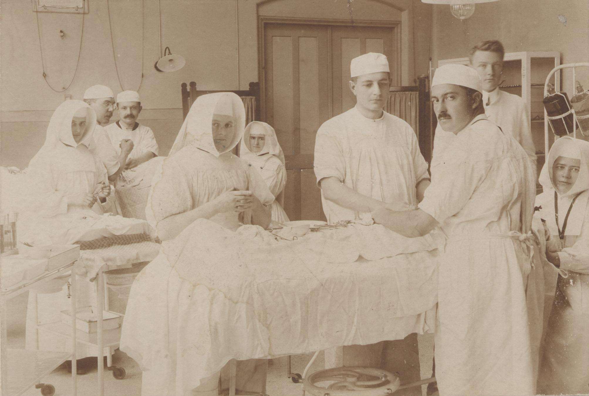 Thuur Marres, de jonge KNO-arts in het OLVG te Amsterdam, 1915.
