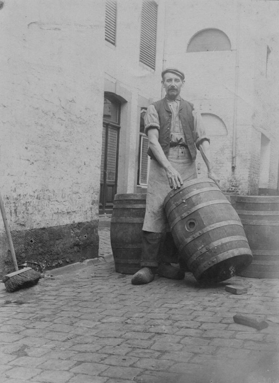 Verzorger van de biervaten in de brouwerij Eugène Marres.