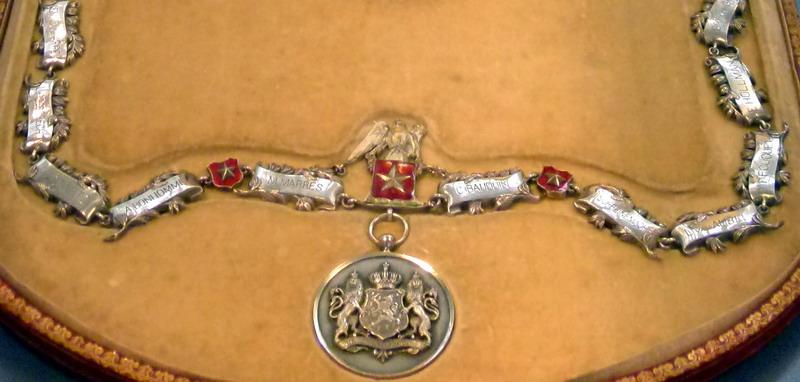 De zilveren sierketting geschonken aan burgemeester Pyls bij zijn zilveren ambtsjubileum in 1892