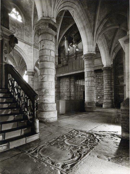 Het interieur van de Sint Janskerk te Maastricht met de grafzerk van Pau de Marres liggend voor de preekstoel.