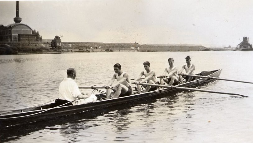 Marres vier, Rudy, Robert en Paul Marres en Maurice Hollman op de Maas in training in 1932