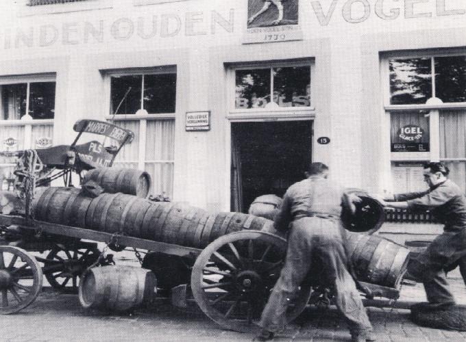 Biervaten afladen bij De Vogel Struys