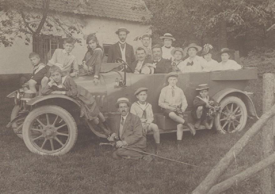 Het gezin Marres-Roebroech in de nieuwe Panhard in 1918